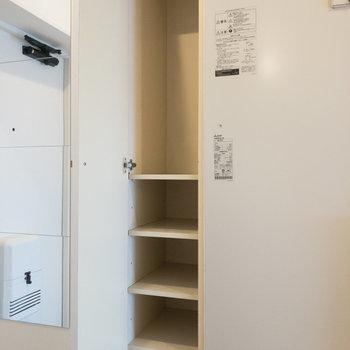 姿見の横には小さめな収納スペース。靴が入れられます。
