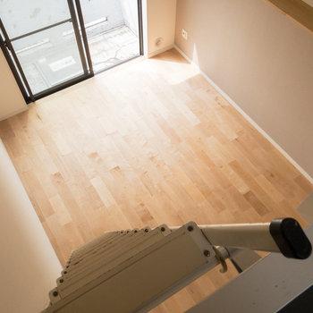 ロフトから居室を見下ろしてみました。ナチュラルで温かみのある雰囲気です。