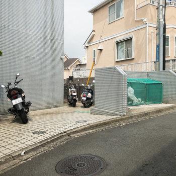 入口の右側には駐輪場とゴミ置き場。