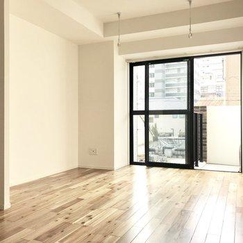 無垢床の明るいお部屋です。(※写真は2階同間取り別部屋のものです)