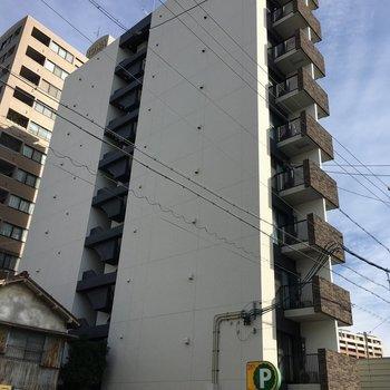 スリムで背の高いマンションです◎