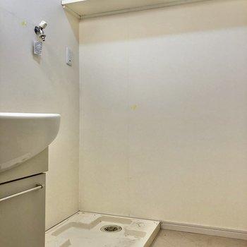 奥に洗濯機置き場。上棚には洗剤など収納しましょう!(※写真は清掃前のものです)