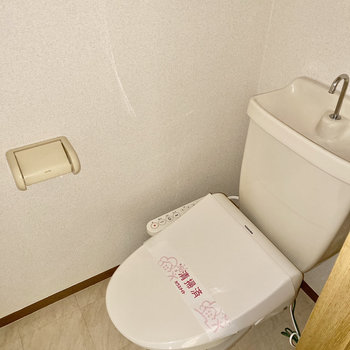 トイレはお風呂出て左です。※写真は通電前・フラッシュを使用しています