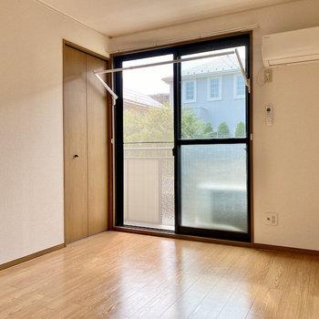 【洋室①】窓際には室内物干し掛け付き。