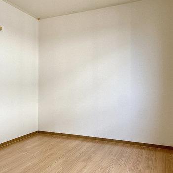 【洋室②】北側のお部屋です。ピクチャーレールには帽子などの小物を掛けておいても便利◎