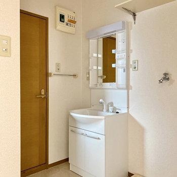 独立洗面台と室内洗濯機置き場は隣り合わせ。