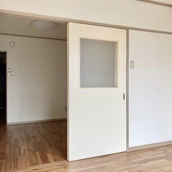 【洋室4.6帖】居室とは引き戸で仕切られています。