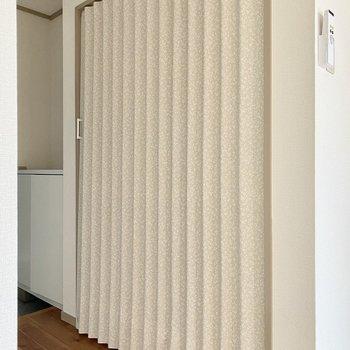脱衣所はカーテンドアで仕切ることができます。