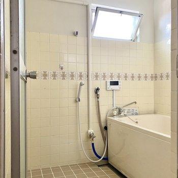 ゆったりとした浴室。窓があるので換気もラクラクです。