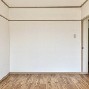 【洋室6帖】広さや位置的に、リビングにするのも良いですね。