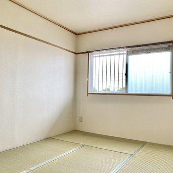 【和室】腰窓は共用部に面しています。