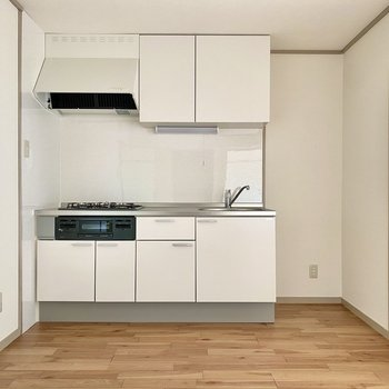 【DK】ホワイトを基調とした充実キッチン。右に冷蔵庫が置けますよ。