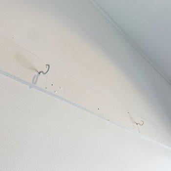 壁にはフックが2つ。