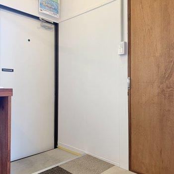 トイレは玄関の右手にあります。