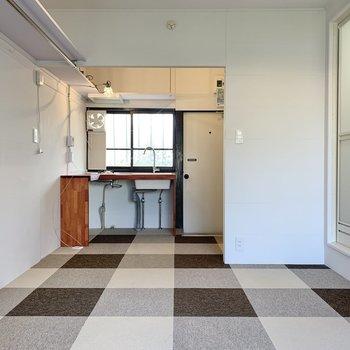 キッチンは玄関側に。