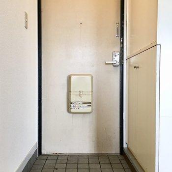 シンプル玄関。※写真は3階の反転間取り別部屋のものです