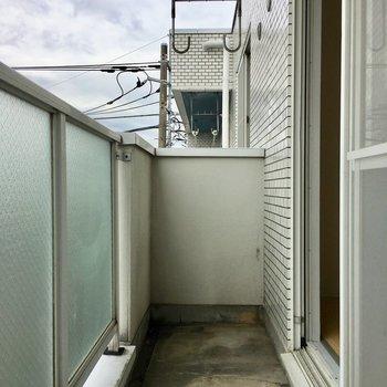洗濯物がよく乾きそうなバルコニー。※写真は3階の反転間取り別部屋のものです