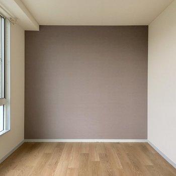 【洋室②】お隣の約6帖の洋室。こちらのアクセントクロスも、茶色と紫の中間の淡くてかわいい色合い!※写真は3階の反転間取り別部屋のものです