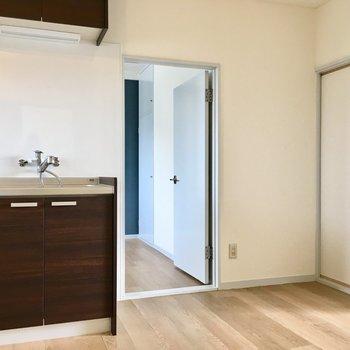 【DK】キッチン横の扉を開けると…※写真は3階の反転間取り別部屋のものです
