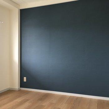 【洋室①】ネイビーのアクセントクロスの約4.5帖の洋室。※写真は3階の反転間取り別部屋のものです