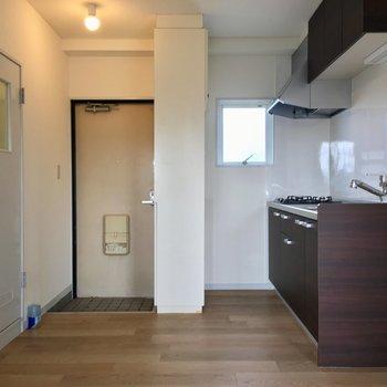 【DK】玄関入ると、約5.5帖のダイニングキッチン。※写真は3階の反転間取り別部屋のものです