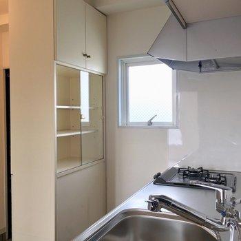 【DK】後ろには作り付けの食器棚も!キッチンに立つのが楽しみになりそう。※写真は3階の反転間取り別部屋のものです