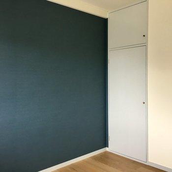 【洋室①】シックな雰囲気は寝室にもぴったり。※写真は3階の反転間取り別部屋のものです