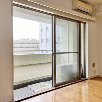 窓が大きくてお部屋が明るい。※写真はクリーニング前のものです