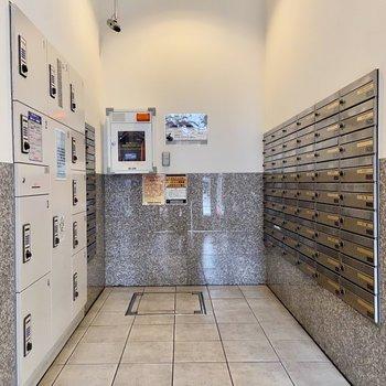 1階のエントランスにはメールボックスに宅配ボックスも。留守でも安心です。