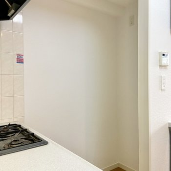 冷蔵庫はコンロの後ろに置けますよ。※写真はクリーニング前のものです