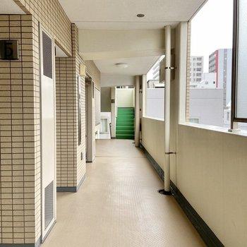 共用廊下には屋根があるので雨の日も安心。