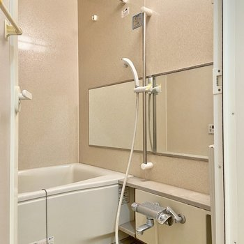 浴室乾燥機付きの浴室。横に長い鏡が嬉しい。※写真はクリーニング前のものです