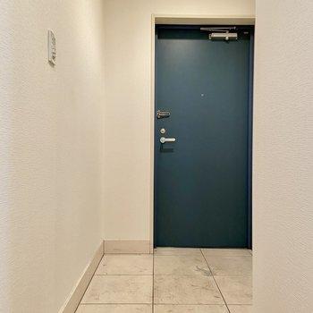 こちらに玄関が。※写真はクリーニング前のものです