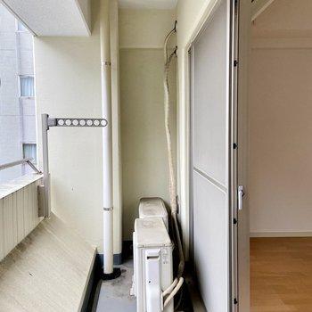 ベランダは洗濯物を干すにはちょうどいい広さかな。※写真はクリーニング前のものです