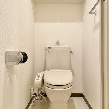 トイレはシンプル収納がしっかりあるのも嬉しい。※写真はクリーニング前のものです