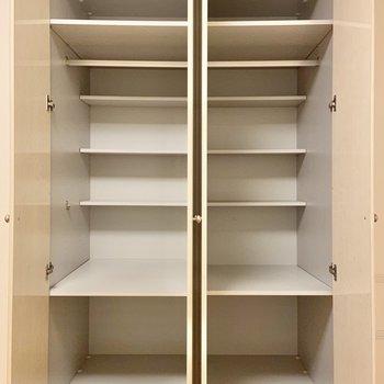 可動棚になっているので高さを変えていろんなものが収納できそうです。※写真はクリーニング前のものです