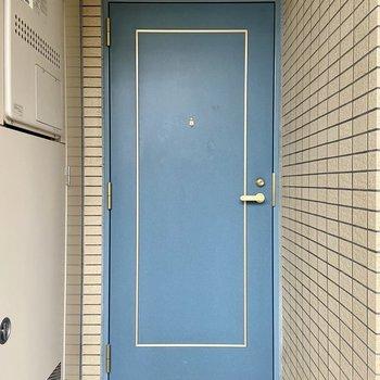 ドアもブルーで素敵。