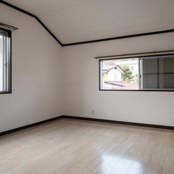 【玄関側洋室6帖】先ほどの洋室とは反対側の洋室。