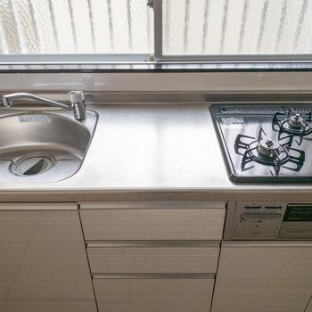 【LDK】光が差し込んで、広々しているキッチン。