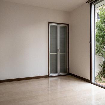 【LDK】こちらのドアは開けられますが、お隣さんがちょっぴり見えちゃいます。網戸を占めていれば気になりません。
