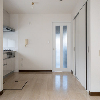 【LDK】右側にある扉は後ほどご紹介。