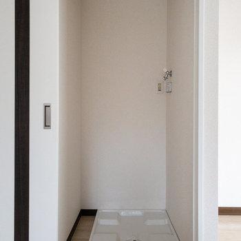 【LDK】先ほどの扉は、手前側に洗濯機置場があります。
