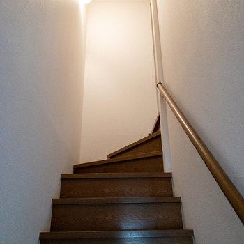 階段を上がって、