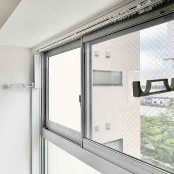 窓際には室内物干し受けがついてました。雨の日でも干せます。