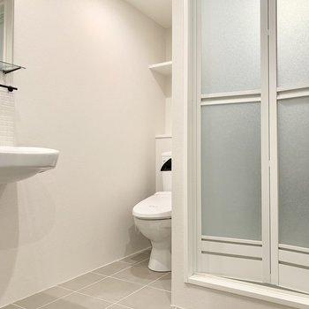 玄関からひと続きの土間となったサニタリーは白を基調に清潔感のある空間。