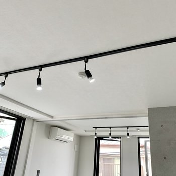 LDKとベッドルームにそれぞれ黒のライティングレール。