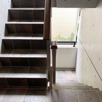 明るい共用階段を2階まで。石畳が高級感あります。