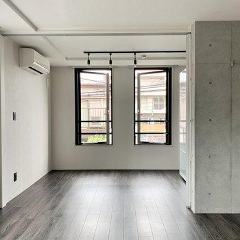 コンクリも床も照明も美しく調和しています。