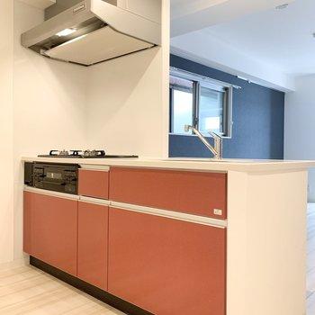 【LDK】オレンジのキッチンがアクセントになっています。※写真は3階の同間取り別部屋のものです