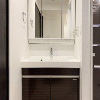 鏡面は収納なのですっきりと使えます。※写真は3階の同間取り別部屋のものです